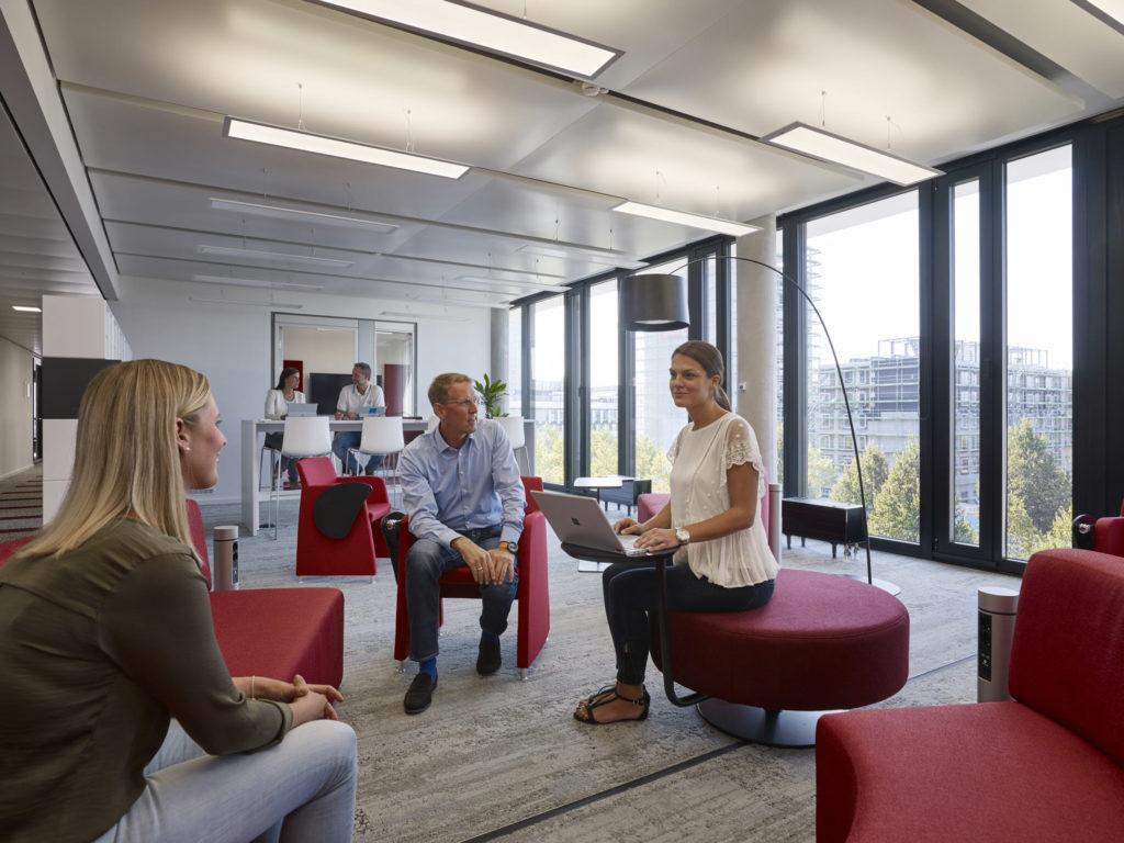 Microsofts neuer Deutschland-Hauptsitz in Schwabing teilt sich in unterschiedliche Produktivitätszonen auf, flankiert wird das Konzept von Vertrauensarbeitszeit und Homeoffice-Regelungen. (Bild: Microsoft)