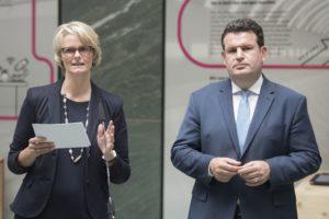 Bundesministerin Anja Karliczek und Bundesminister Hubertus Heil bei der Vorstellung des KI-Eckpunkte-Papiers.