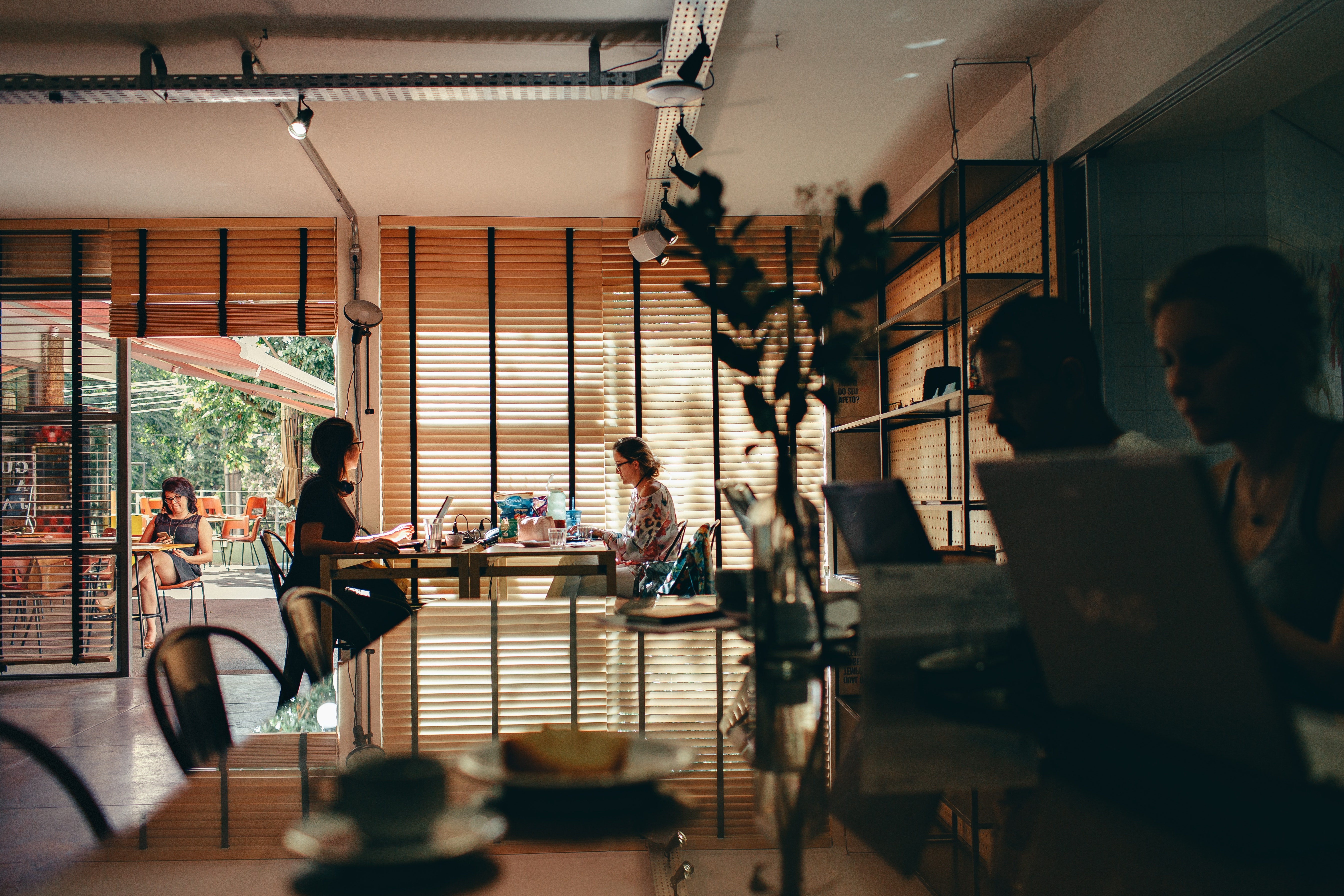 Arbeiten im Café kann trotz Geräuschpegel produktiv sein.