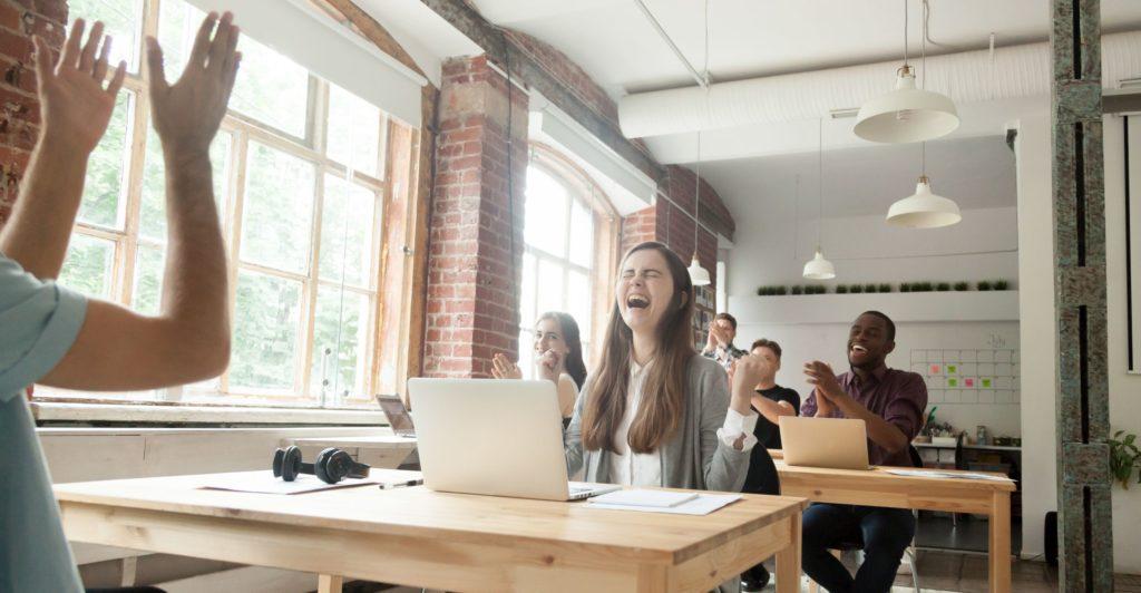 Die Arbeit im Coworking Space ist für manche ein Synonym für Motivation und gute Laune bei der Arbeit.