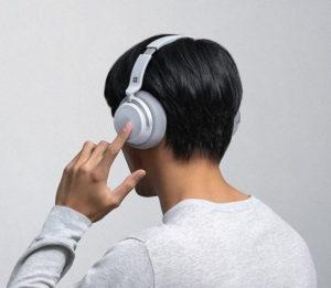 Lautstärke und Noise Cancelling können bei den Surface headphones über haptische Einstellräder regulieren. (Foto: Microsoft)