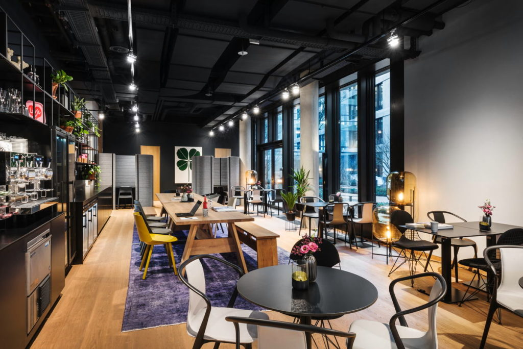 Coworking in Café-Atmosphäre, auch in den Separees am Ende des Raums. (Foto: Design Offices)