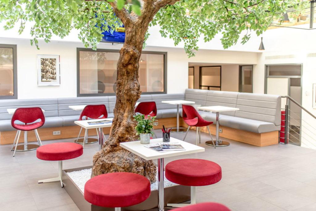 Die helle Cafeteria eignet sich abseits der Mittagszeit auch für Einzel- und Gruppengespräche. (Foto: Satellite Office)