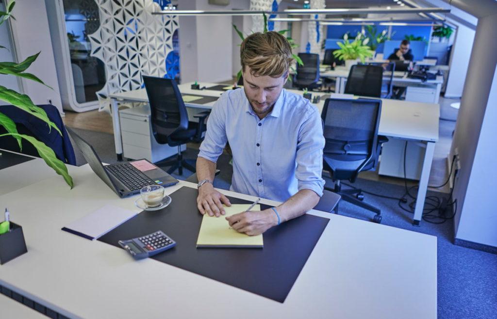Die Schreibtische bei WorkRepublic sind großzügige 1,60 Meter breit, die Bürostühle hochwertig. (Foto: WorkRepublic)