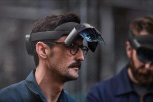 Das Visier der Hololens 2 lässt sich einfach hochklappen, um den Blick frei zu bekommen oder die Augen zu entspannen. (Bild: Microsoft)