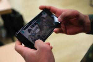 Eine Übung der anderen Art: Ein Bundeswehrsoldat schärft mittels realitätsnaher Fragestellungen seine Kenntnisse zum Thema Befehlsrecht über ein Spiel auf seinem Smartphone.(Quelle: Gamify Now!)