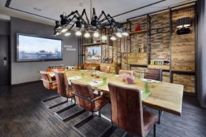 Hybride Meetings mit integrierter digitaler Konferenztechnik im sicheren und gediegenen Ambiente bieten die Lindner Hotels. (Foto: Lindner Hotels)
